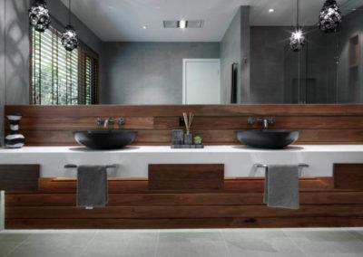 bagno-con-mobile-su-misura-legno-piano-marmo