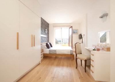 camera-armadi-su-misura-legno-scrivania-e-letto-su-misura