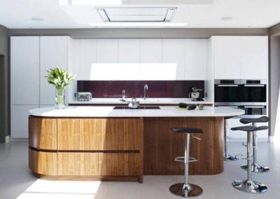 cucina-moderna-su-misura-con-isola-in-legno-massello-listoni-su-misura